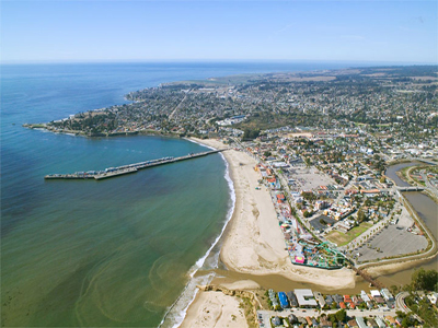 Aerial photo of Santa Cruz, CA By Robert Campbell ([1]) [GFDL (http://www.gnu.org/copyleft/fdl.html) or CC BY-SA 3.0 (http://creativecommons.org/licenses/by-sa/3.0)], via Wikimedia Commons